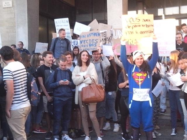 Maritima info soci t salon de provence salon de provence des lyc ens bloquent l 39 entr e d - Lycee viala lacoste salon de provence ...